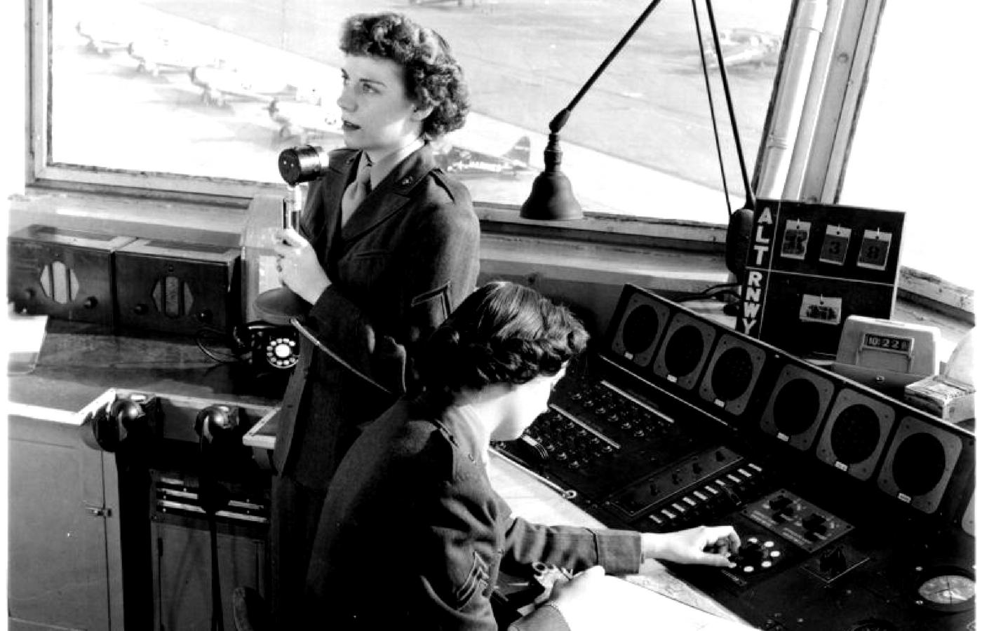 Frau im Radiostudio